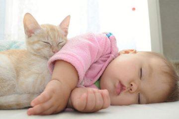 مادران شیرده مبتلا به کرونا، تغذیه کودک با شیر را ادامه دهند